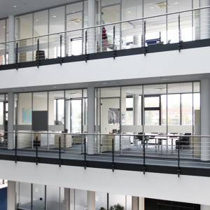 Glastrennwand inkl. Glastuer und Technikmodul-10m-01.jpg