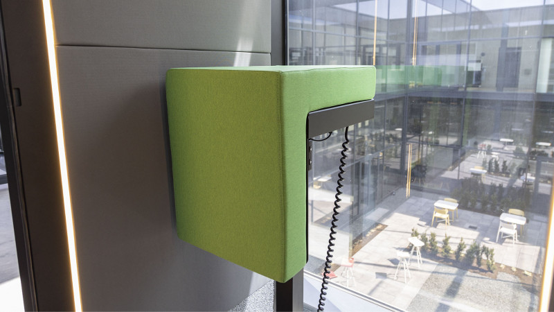 Telefonzelle Phonix® mit elektrisch höhenverstellbarem Steh-Sitz-Hocker